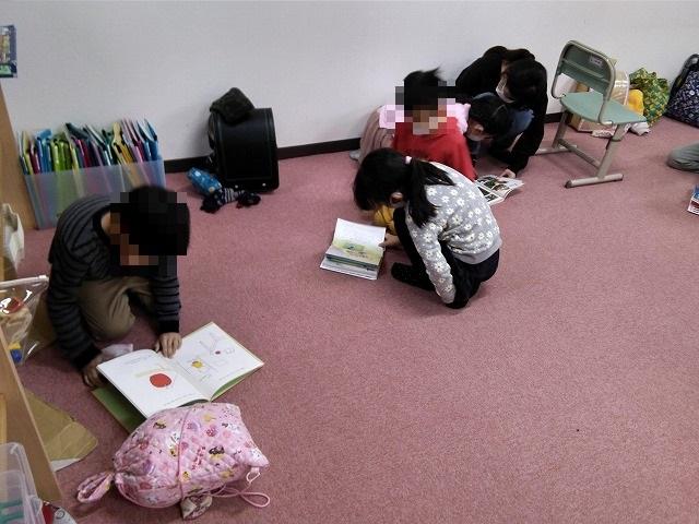 新しい本を読む子ども